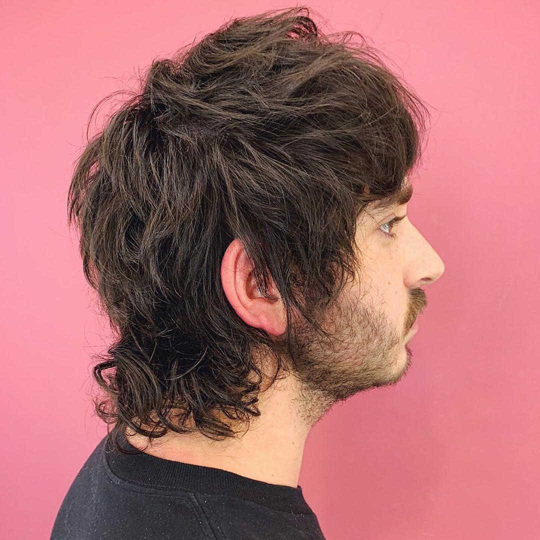 Homme aux cheveux bruns avec une coupe de mulet en couches