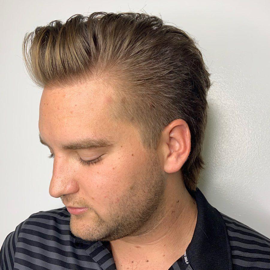 Homme aux cheveux châtains clairs en mulet avec une houppe
