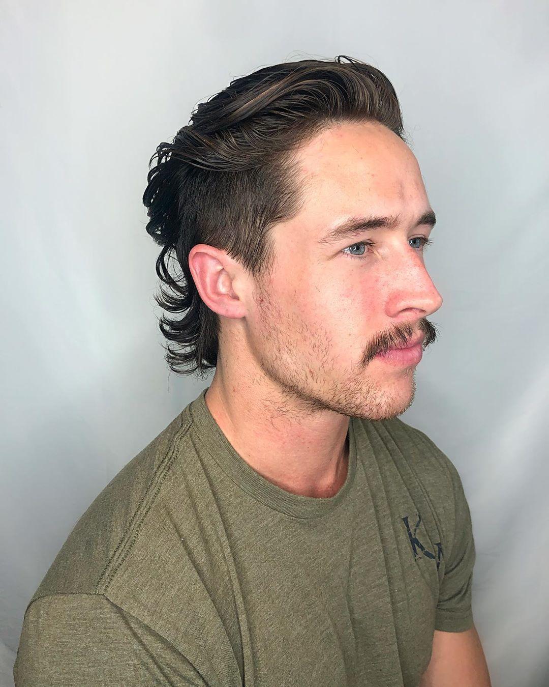 Homme aux cheveux bruns dans un mulet rétro à dos lisse