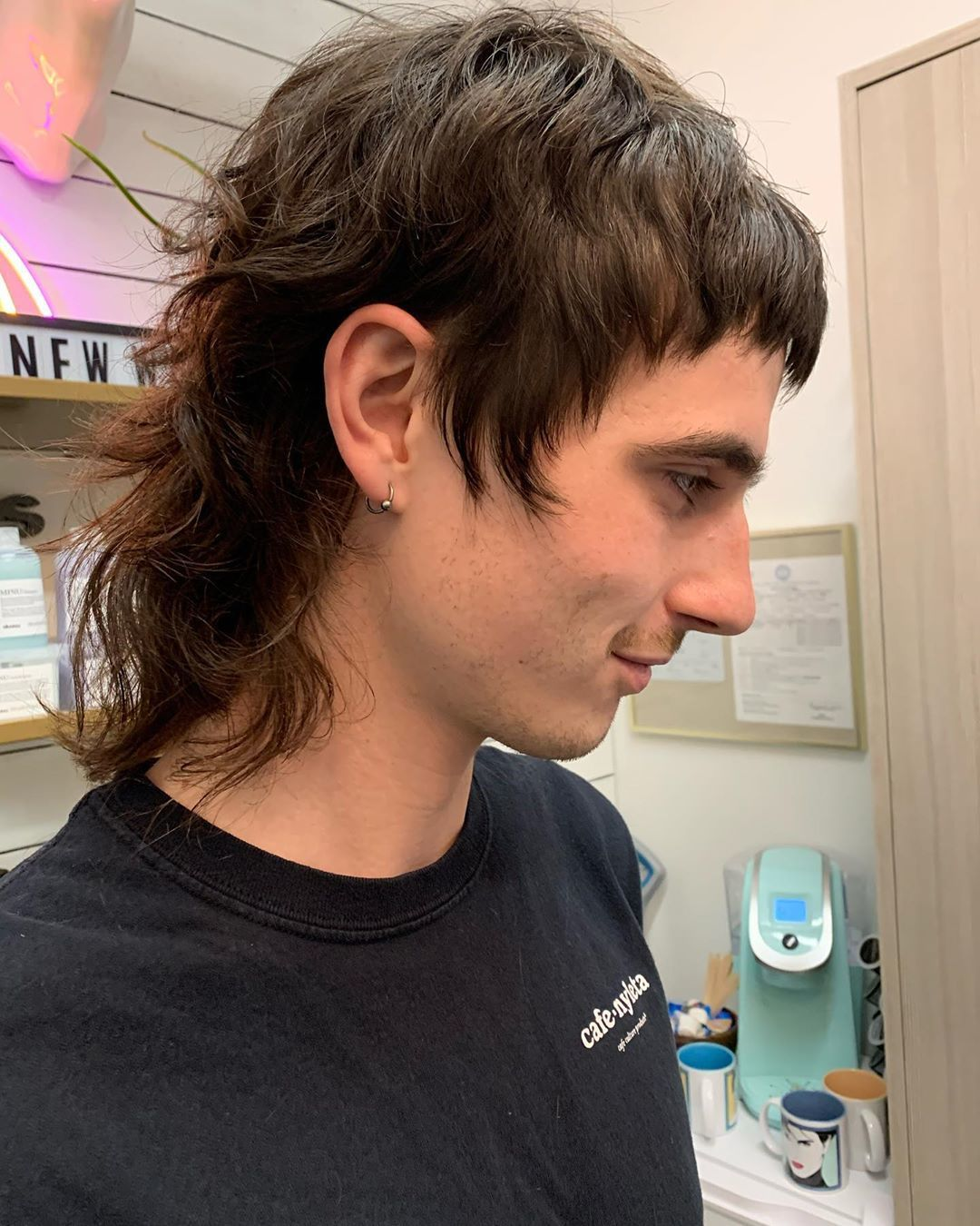 Homme aux cheveux bruns avec un long mulet bouclé