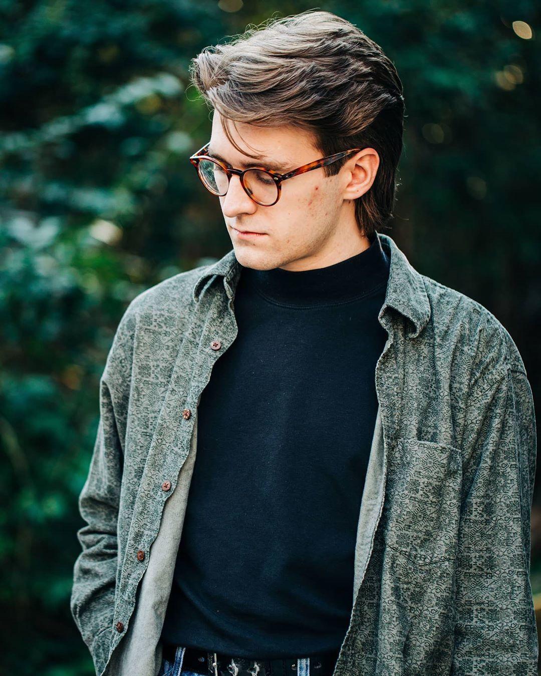 Un homme aux cheveux bruns avec un mulet subtil inspiré des années 90