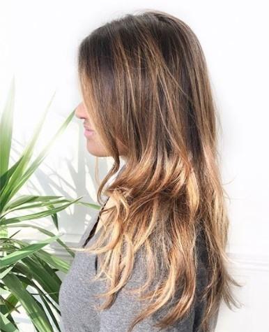 Coiffures pour cheveux longs et fins : Femme aux cheveux longs et fins, de couleur blond brun brisé.