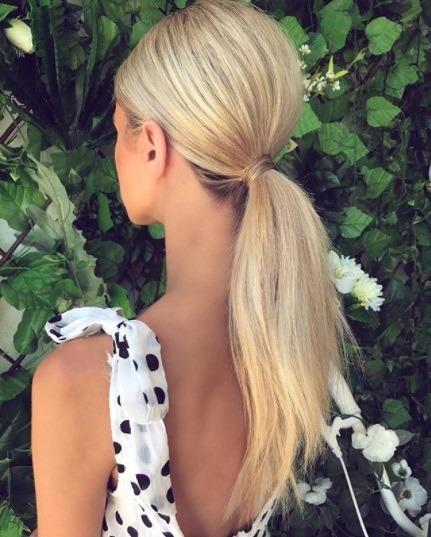 Coiffures pour cheveux longs et fins : Femme aux longs cheveux blonds avec une volumineuse queue de cheval