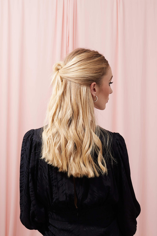 Femme blonde avec ses cheveux à moitié noués