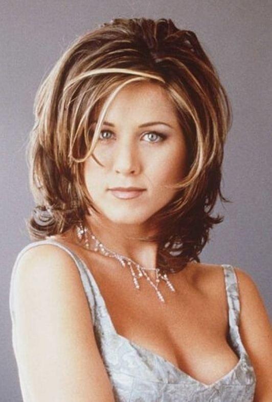 Coiffures des années 90 : Jennifer Aniston avec des cheveux brun-rouge soulignés à la longueur des épaules dans la coupe iconique de Rachel