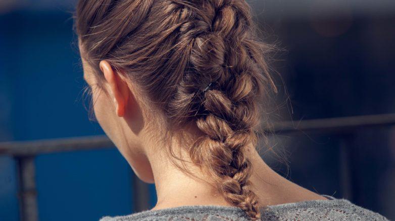 pour les cheveux moyens : Coiffure de tresse française vue de dos brune avec des cheveux mi-longs et une tresse française classique