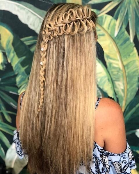 Femme aux cheveux blonds et raides, avec une tresse en forme d'arc