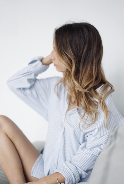 Femme aux cheveux teints sains