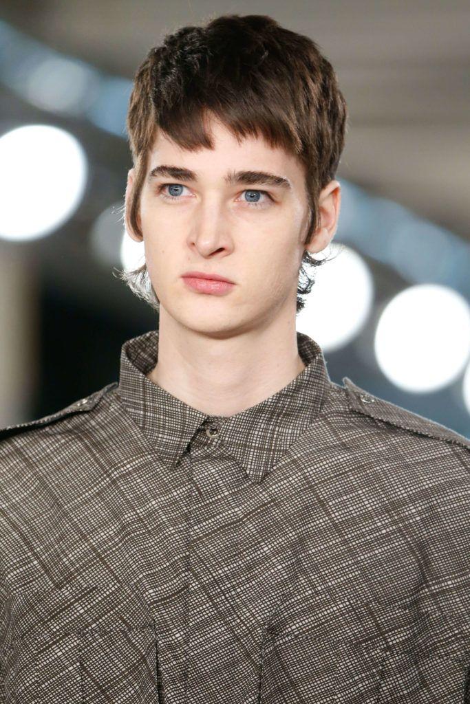 Modèle masculin aux cheveux bruns avec une coupe de mulet moderne