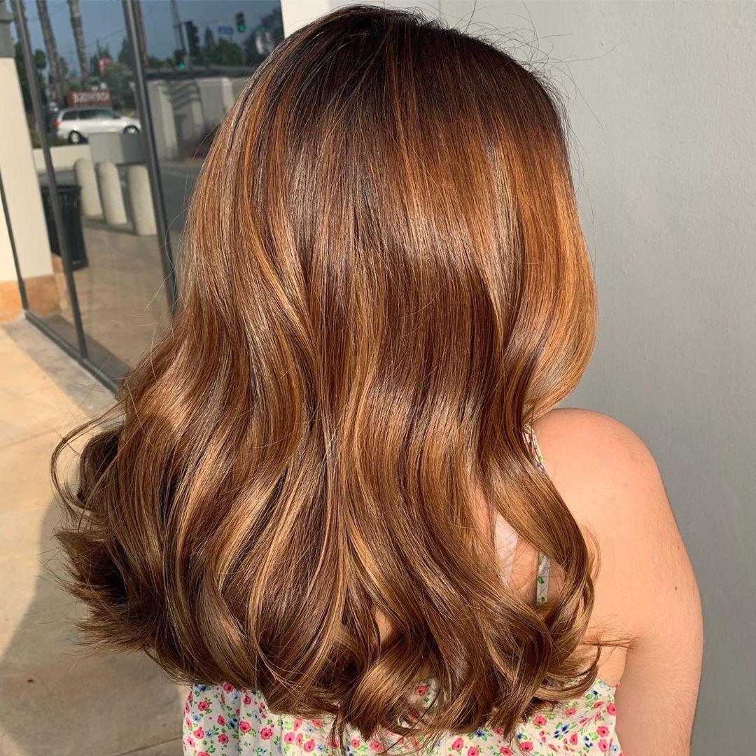 Femme aux longs cheveux châtains brillants