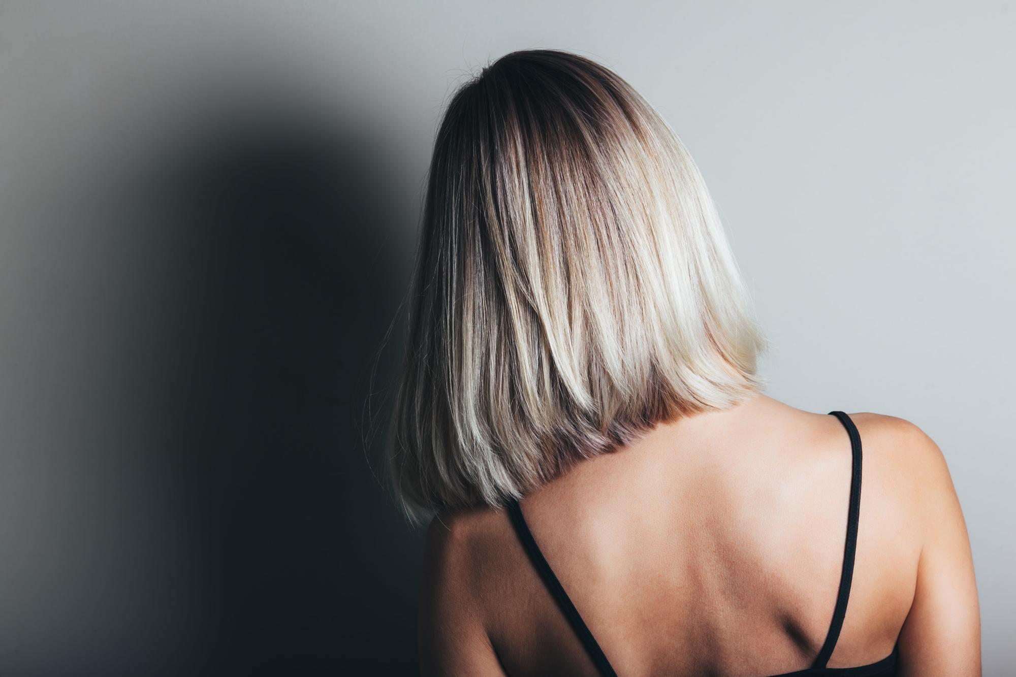 Femme avec une coupe de cheveux blonde