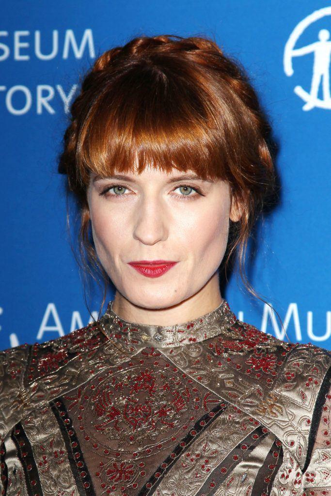 Florence Welsh aux cheveux roux, avec sa frange et ses tresses