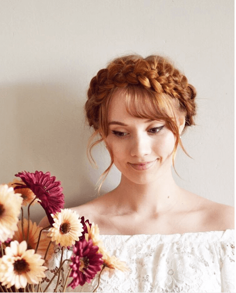 femme aux cheveux roux et aux tresses de laitière