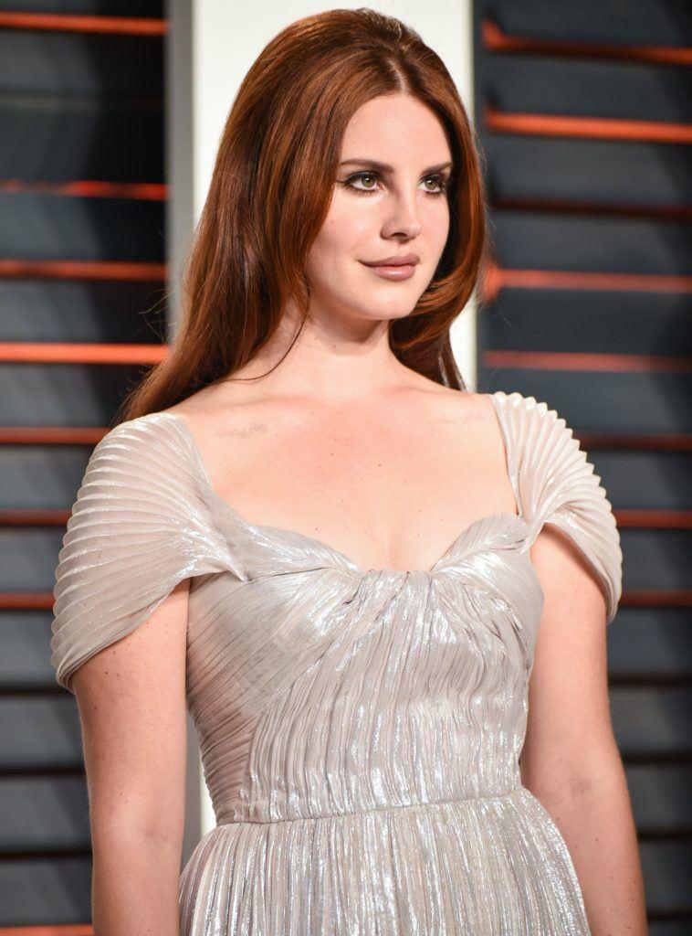 Lana Del Rey aux cheveux roux dans un long bouffant droit
