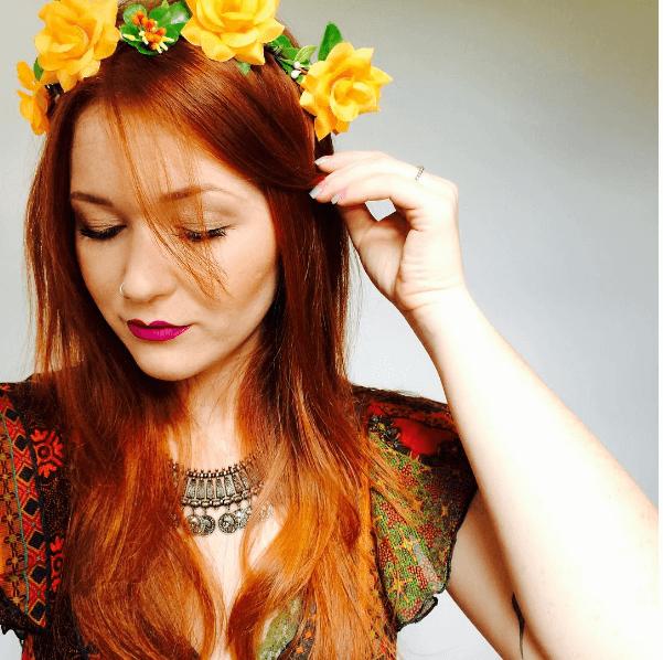 femme aux cheveux roux avec un bandeau de fleurs jaune vif