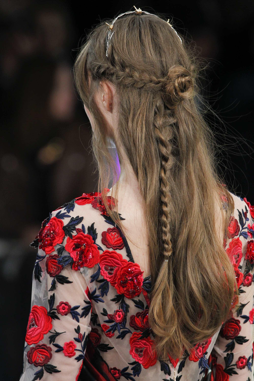 Coiffures de bal de promo à moitié rabaissées : rétrospective d'un modèle avec une coiffure à tresses roses chez rodarte