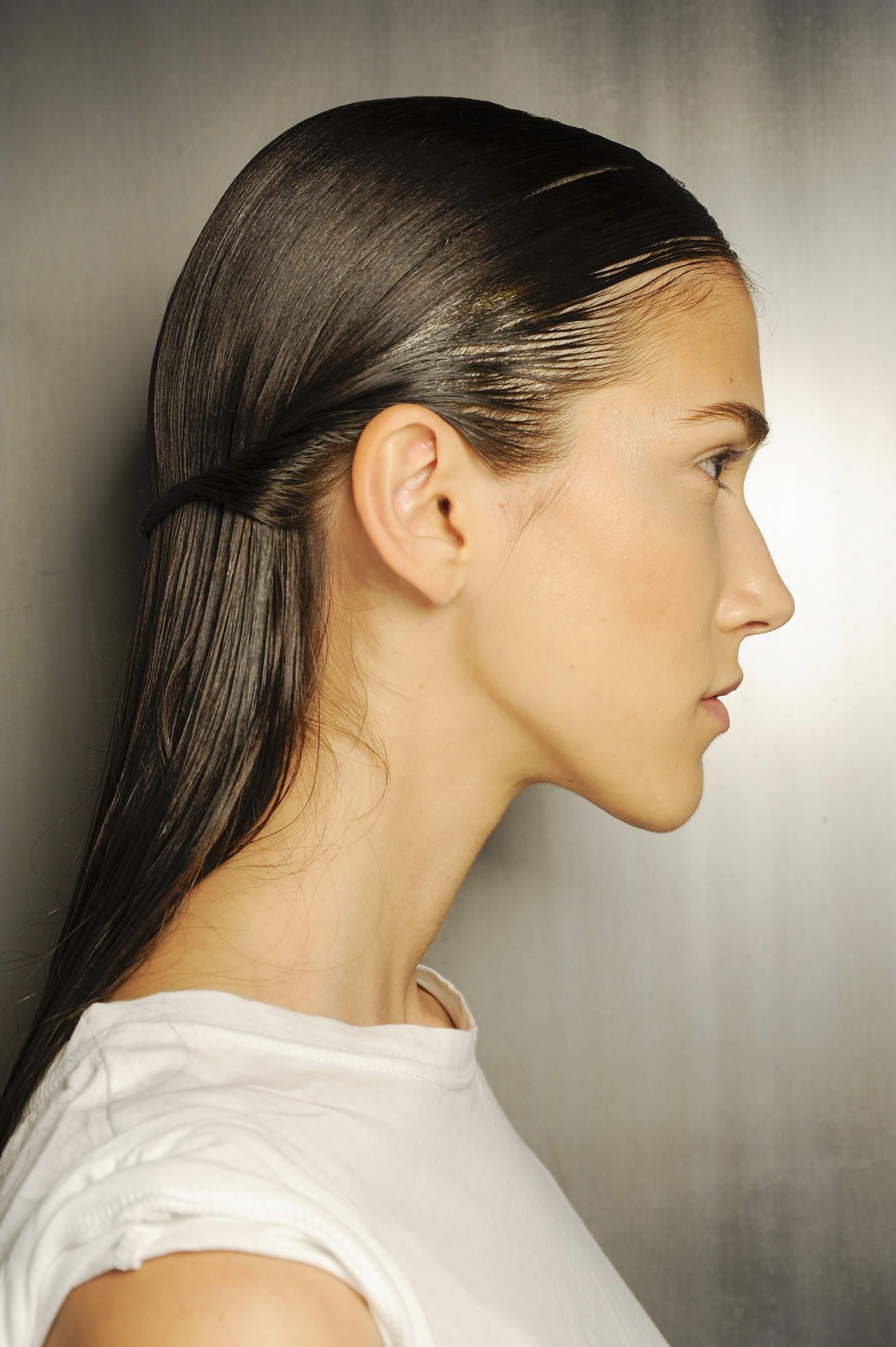photo de côté d'un mannequin avec des cheveux lisses à moitié relevés et à moitié rasés à Thakoon