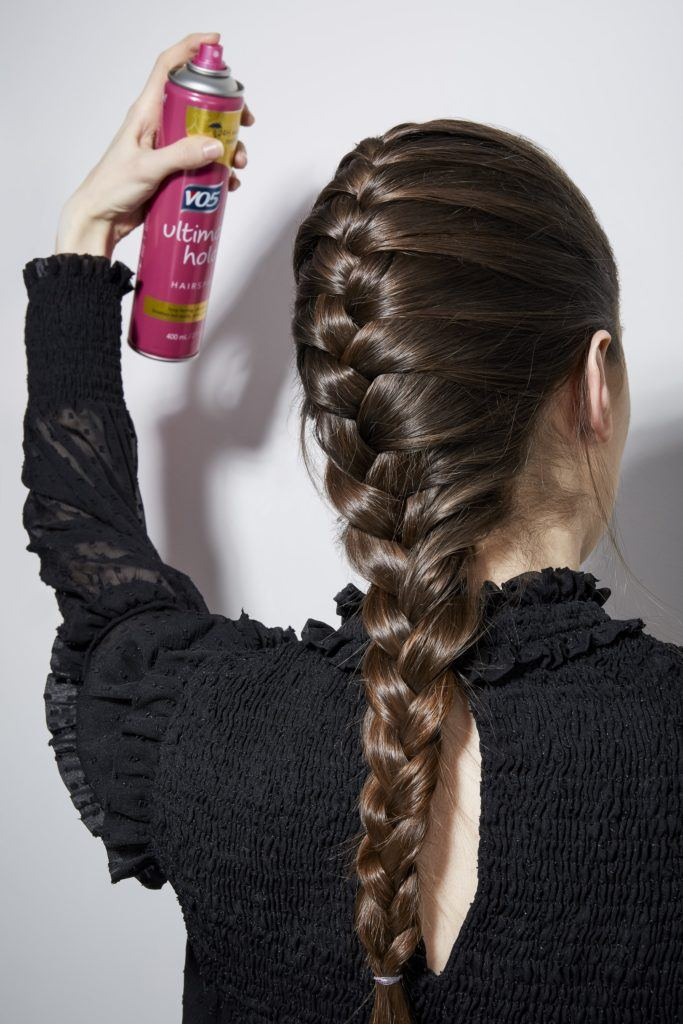 Comment tresser ses propres cheveux brune en vaporisant de la laque
