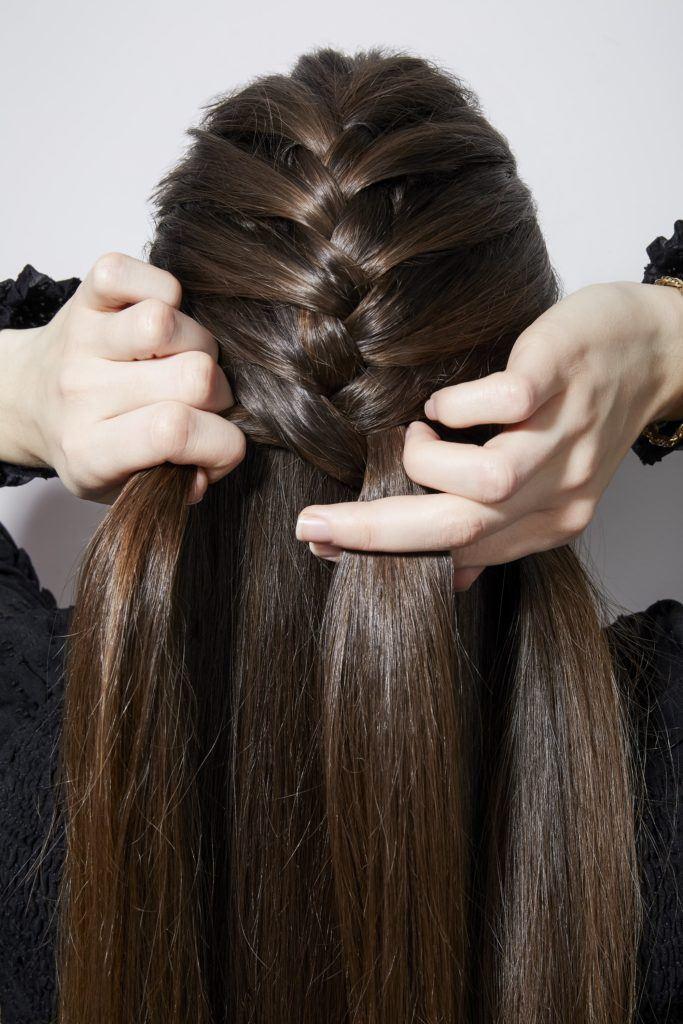 Comment tresser ses propres cheveux en français fille brune tressant l'arrière de la tête
