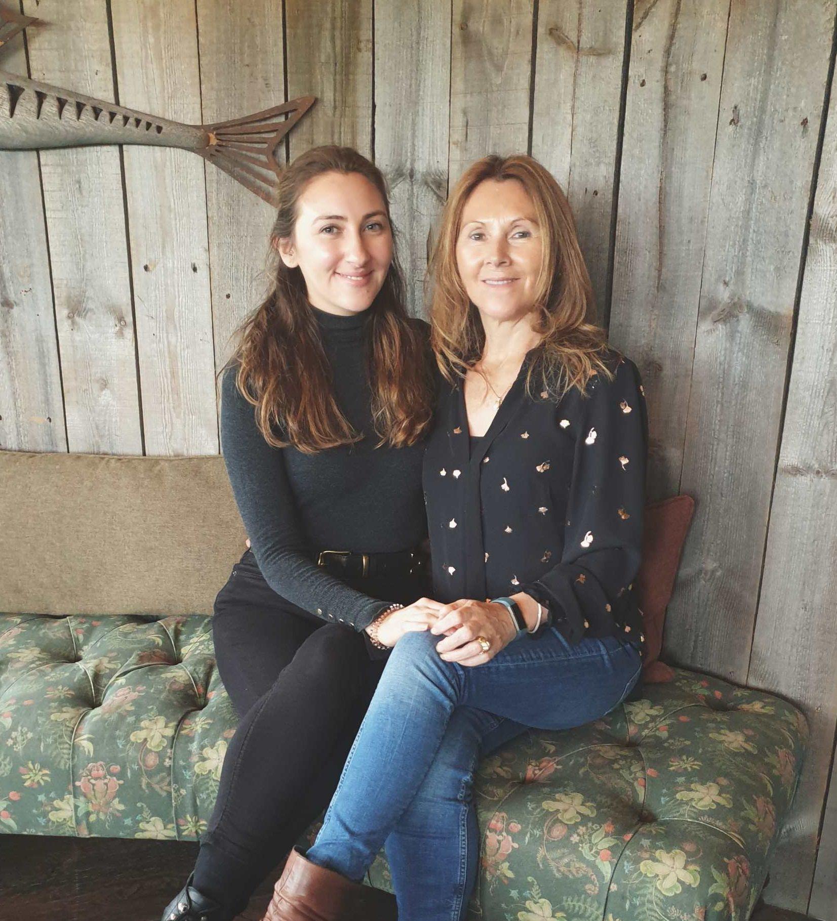 Photo de mère et fille. 2 femmes aux cheveux bruns mi-longs.