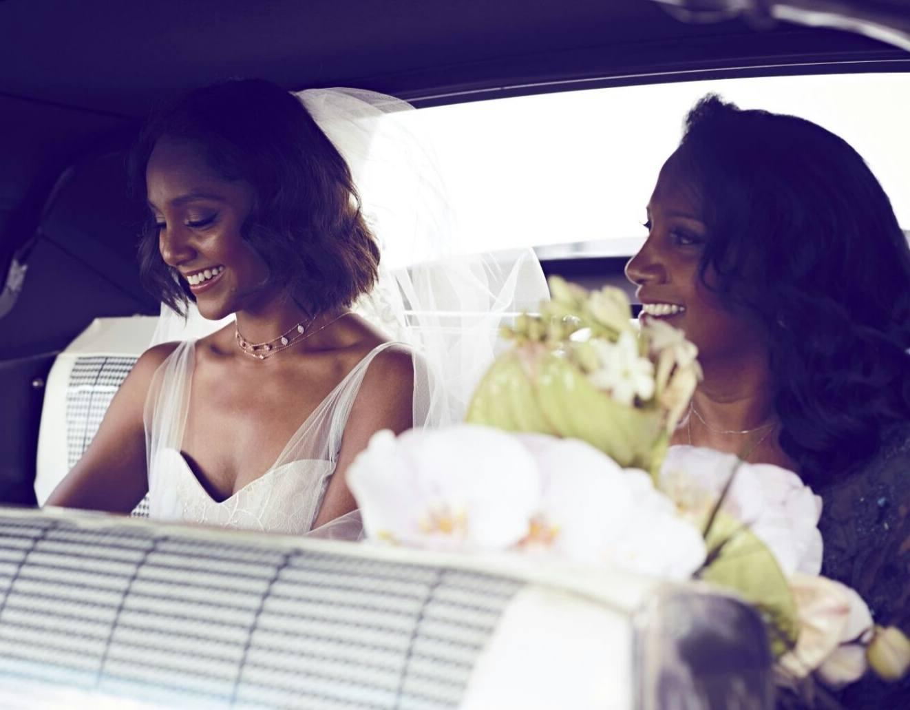 Photo de mère et fille. 2 femmes aux cheveux bruns le jour du mariage.