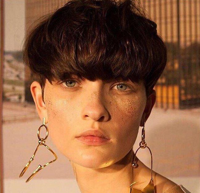 image de face d'un modèle féminin avec une coupe de cheveux moderne en forme de champignon.