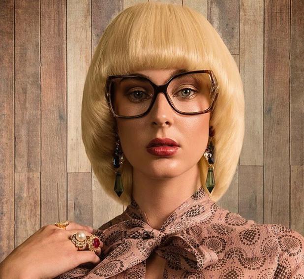 mannequin avec un long bob blond coiffé en champignon avec des lunettes