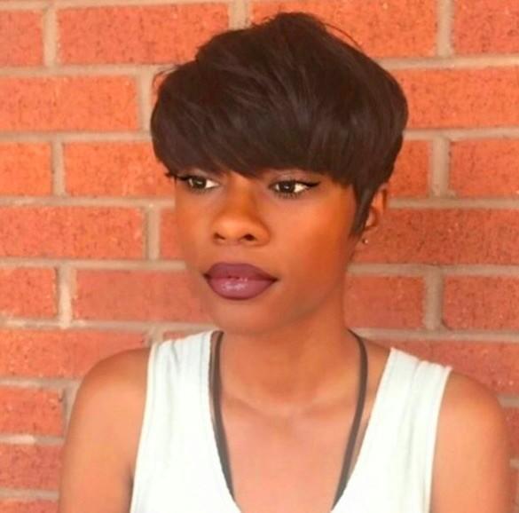vue de face d'une femme avec une coupe de cheveux champignon texturée et dégradée