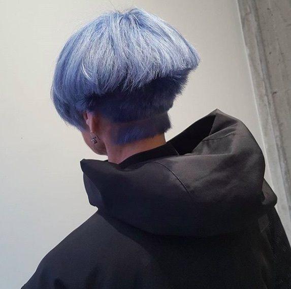 vue de dos d'une femme avec ses cheveux violets dans une coupe champignon avec une sous-coupe pointue