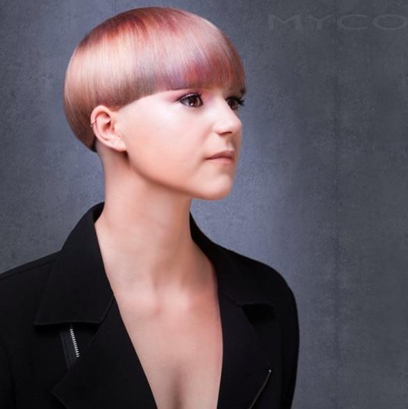 image vue de côté d'une femme aux cheveux roses coiffés en champignon