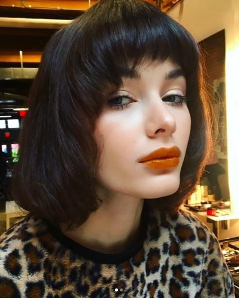 image vue de face d'une femme avec une frange courte et une coiffure bob aux cheveux noirs - coupe champignon