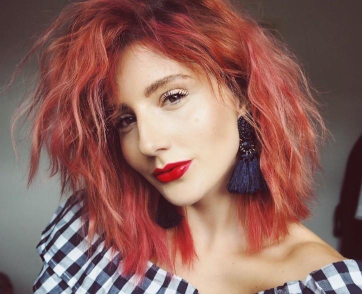 Coiffures des années 80 : femmes aux cheveux ondulés des années 80, couleur pêche, portant un rouge à lèvres rouge vif.