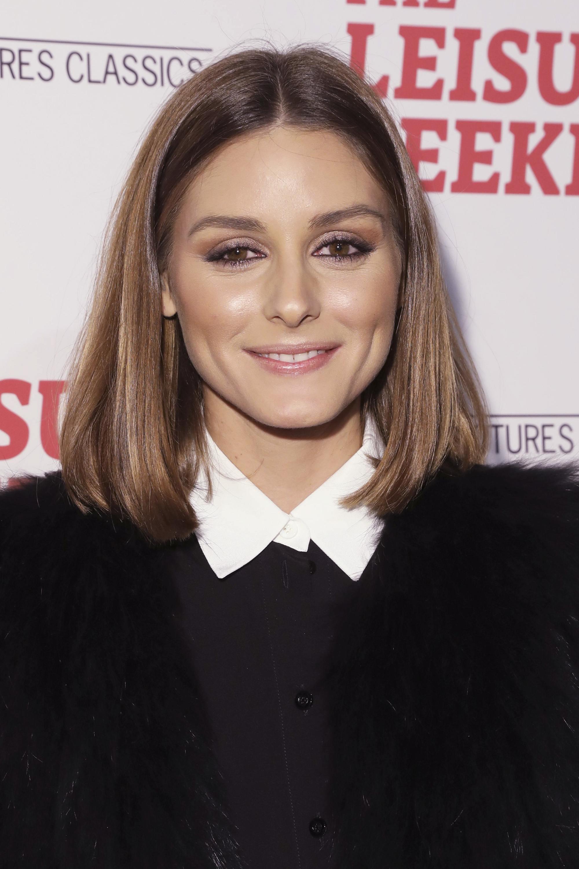Coupes de cheveux pour cheveux fins et raides : Olivia Palermo avec un carré brun cendré coupé en brosse, portant une chemise à col blanc et un blazer.