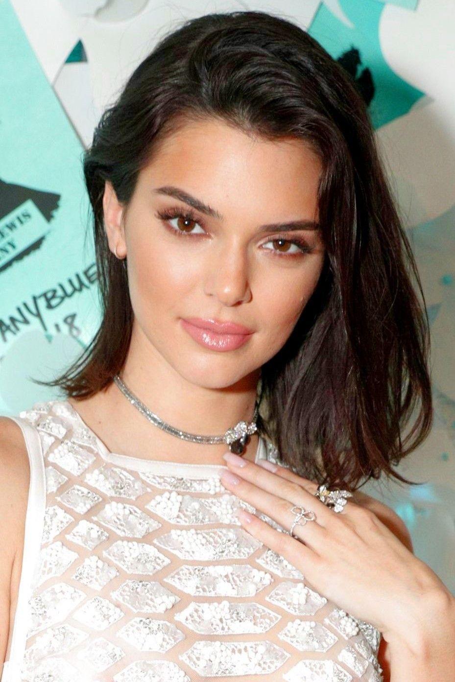 Coupes de cheveux pour cheveux fins et raides : Kendall Jenner avec un lob brun foncé