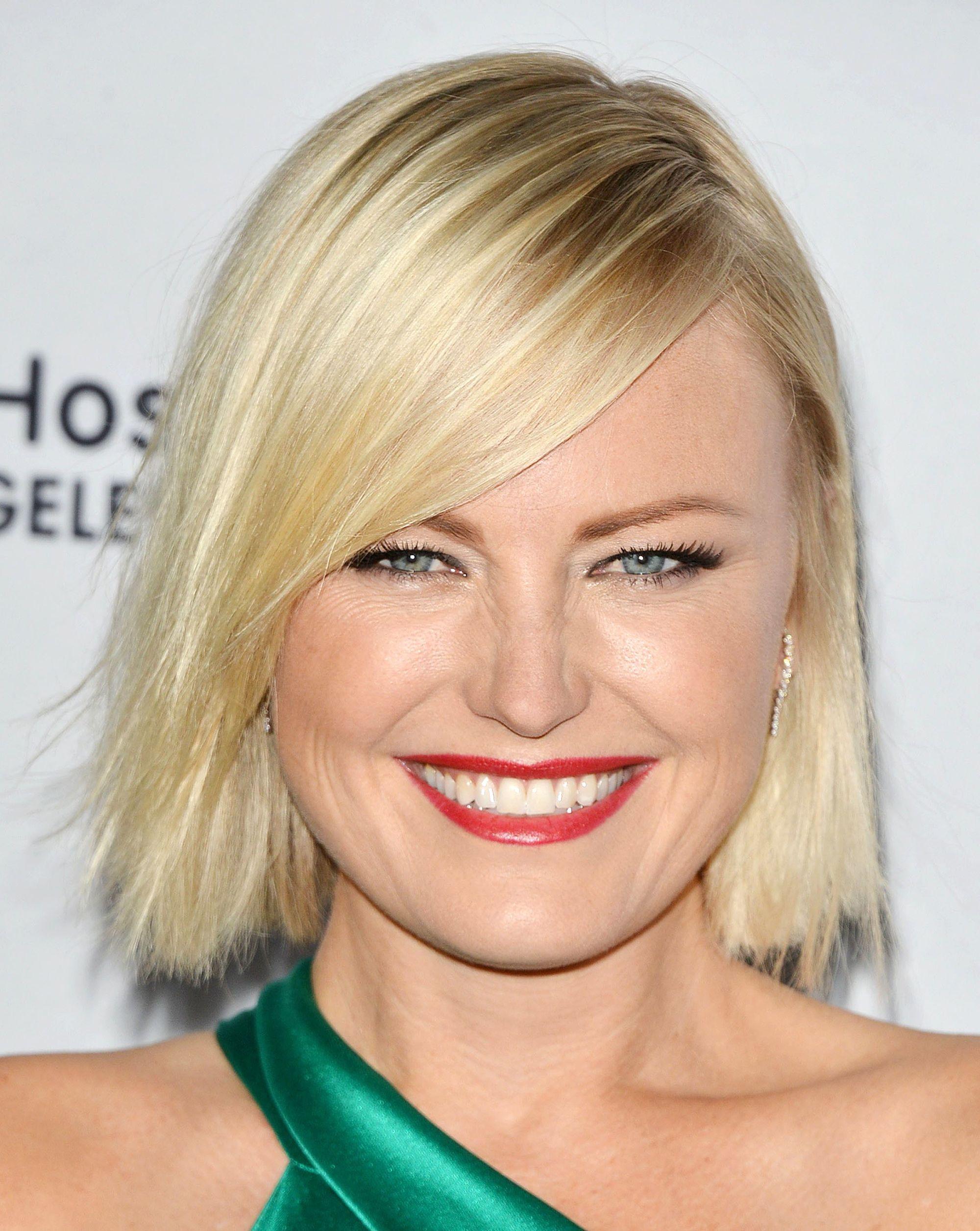 Malin Akerman avec une coupe blonde courte et droite avec une frange sur le côté.