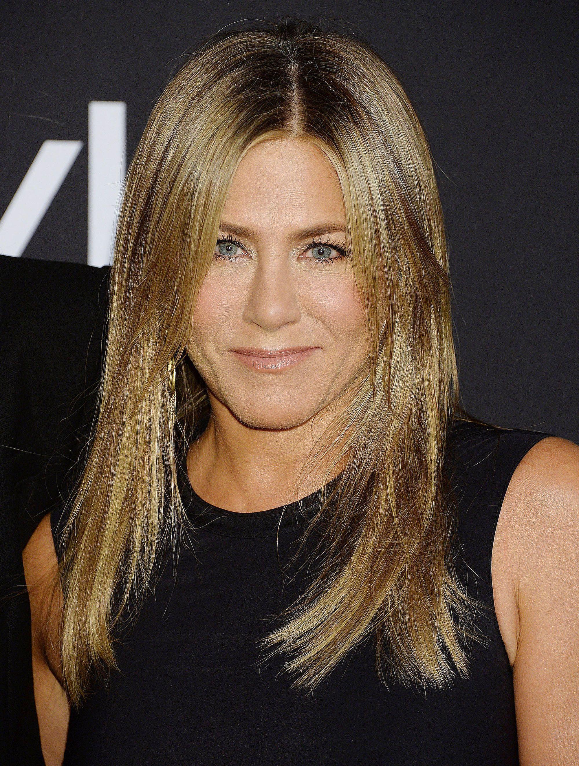 Coupes de cheveux pour cheveux fins et raides : Jennifer Aniston avec des cheveux mi-longs bruns et dégradés.