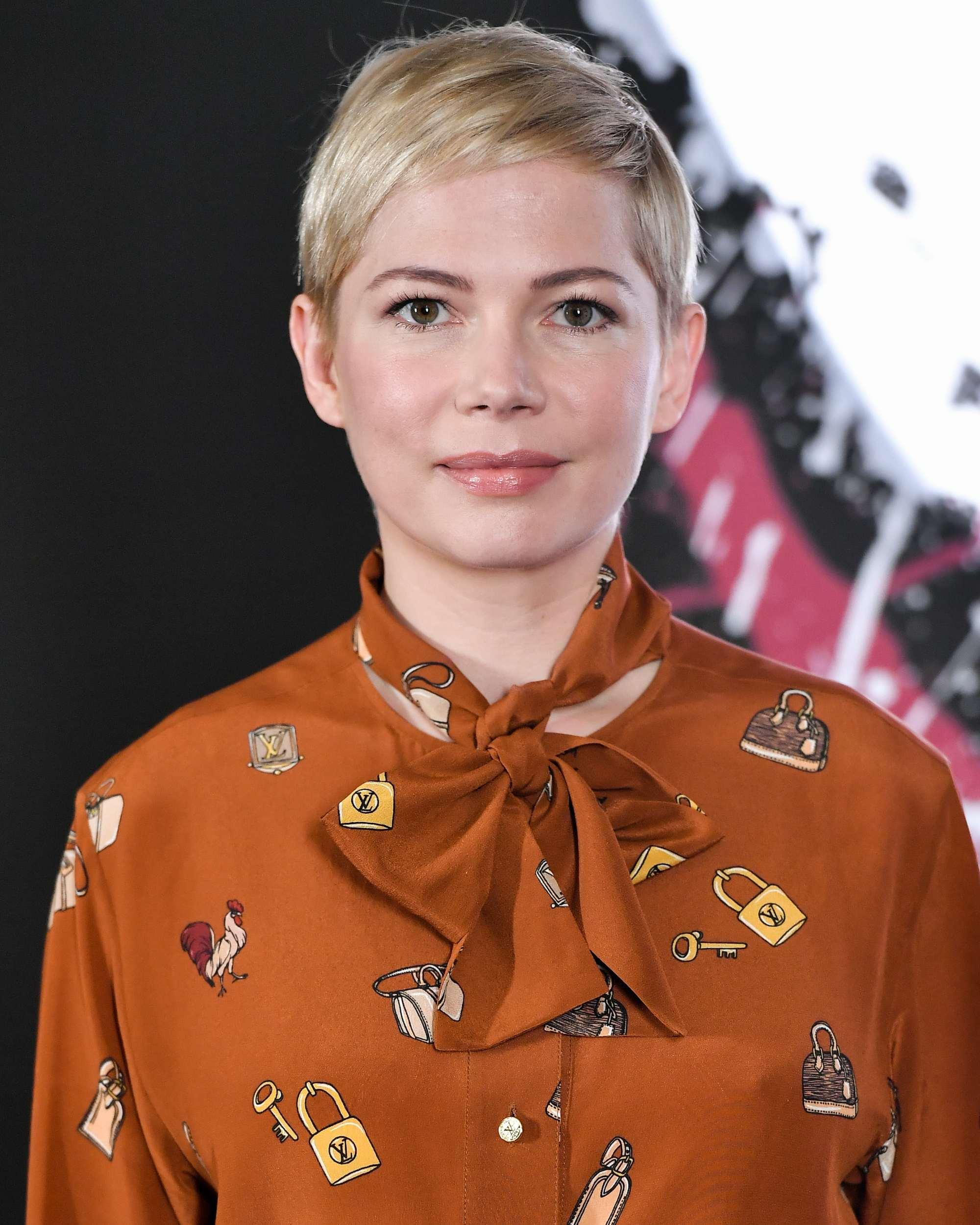 Coupes de cheveux pour cheveux fins et raides : Michelle Williams avec une coupe pixie blonde platine