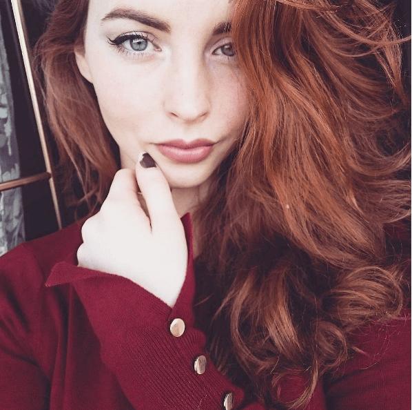 instagrammer avec des cheveux roux profonds et des ondulations volumineuses