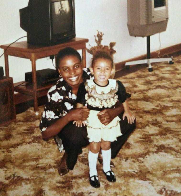 Photo de mère et de fille avec les cheveux relevés.