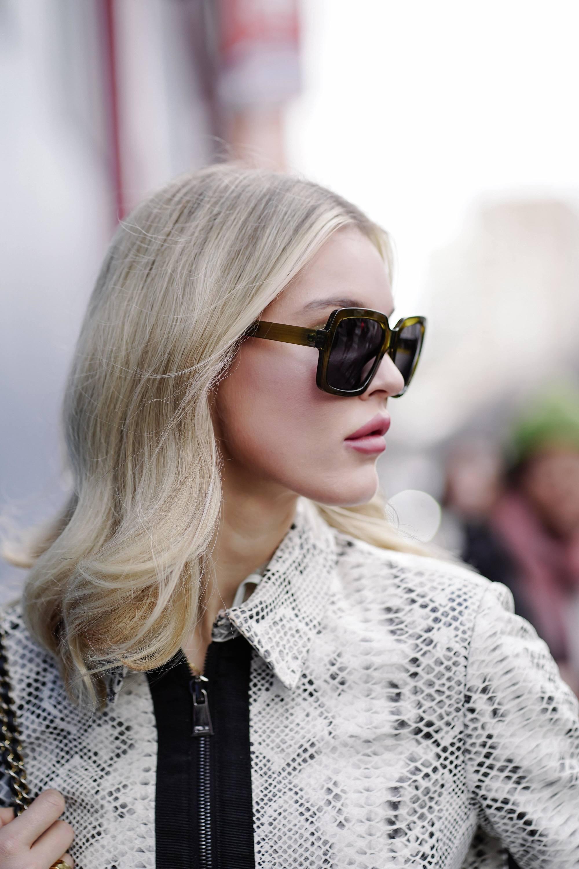 Femme avec des cheveux mi-longs ondulés blond glacé à NYFW.