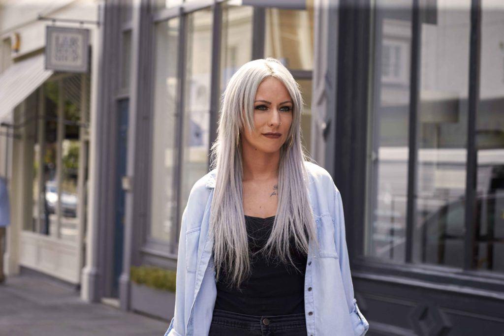 image de face d'une femme avec de longs cheveux gris - blond cendré