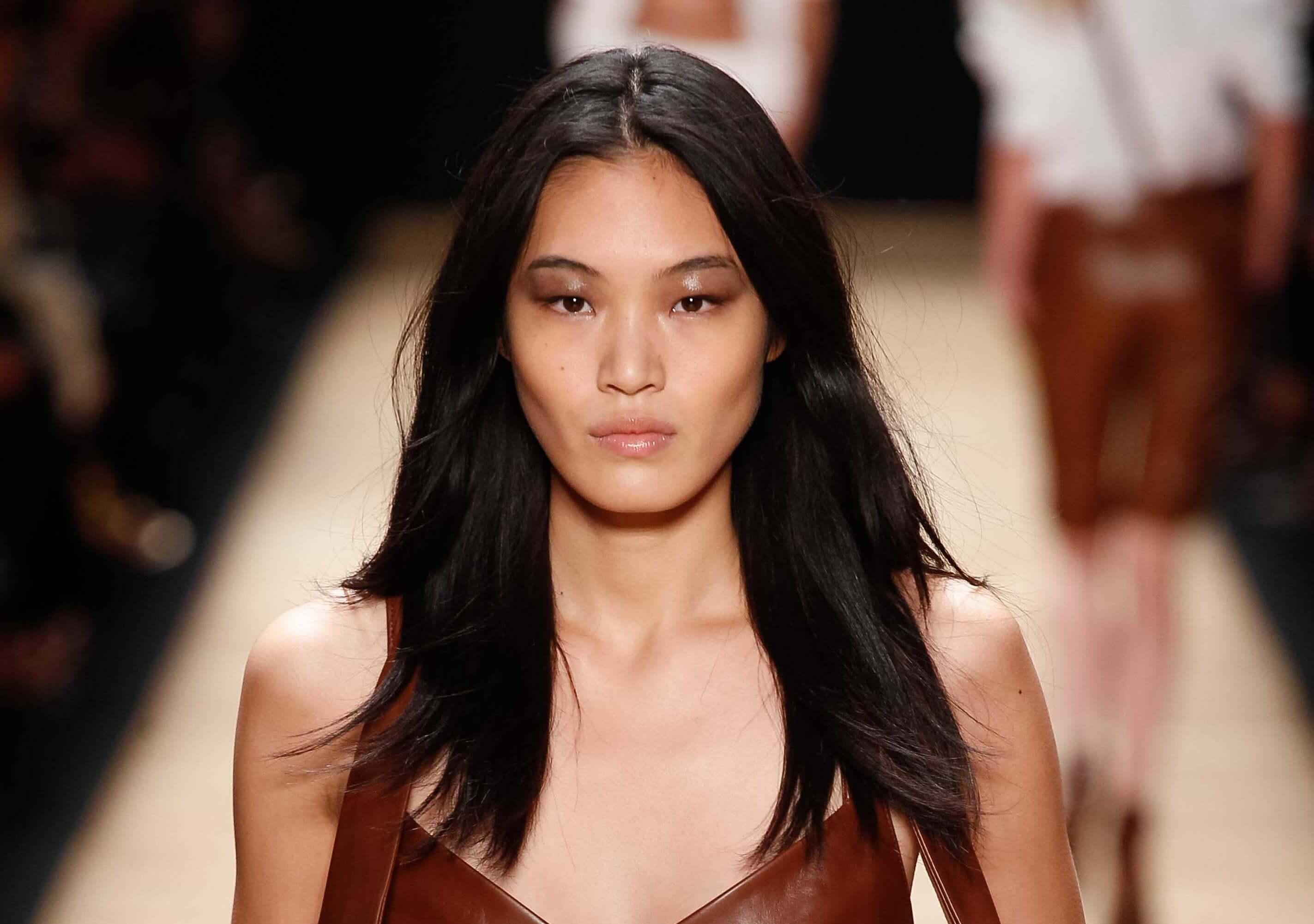 Coiffures asiatiques : Femme asiatique avec des cheveux bruns foncés avec des couches sur la piste.