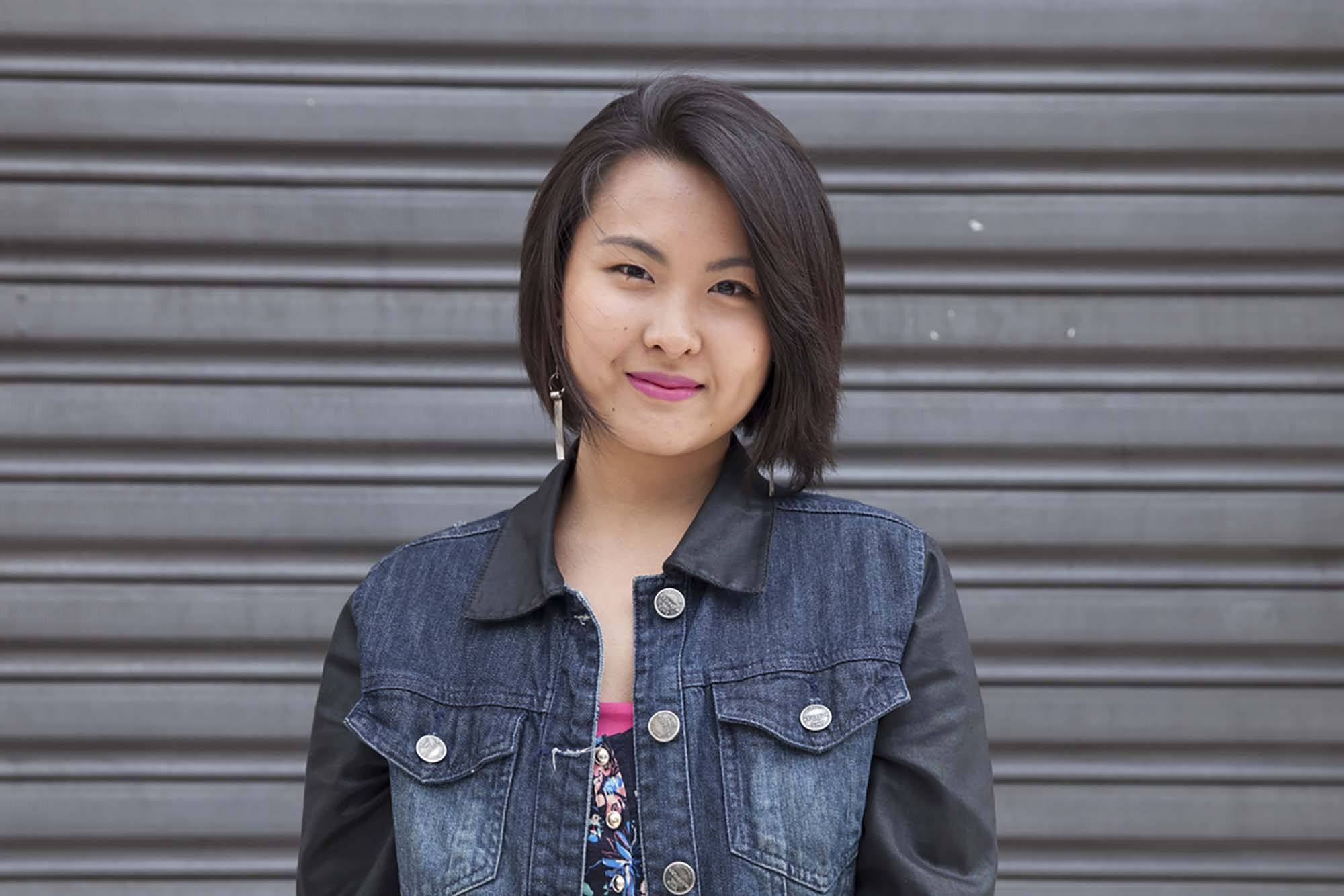Coiffures asiatiques ; femme asiatique avec un bob droit brun foncé avec des couches douces.