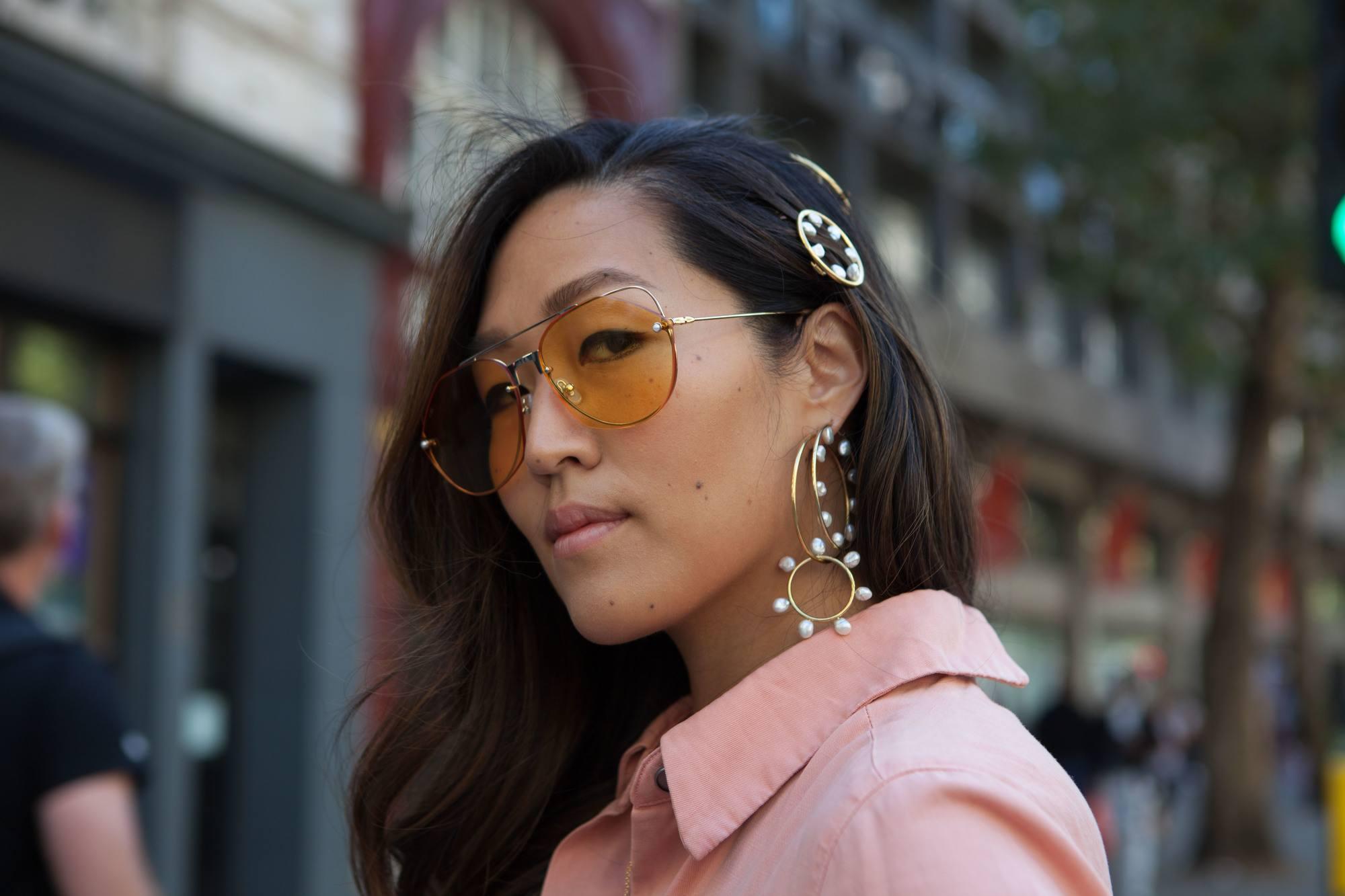 Femme avec de longs cheveux asiatiques bruns balayage ondulés avec des clips.