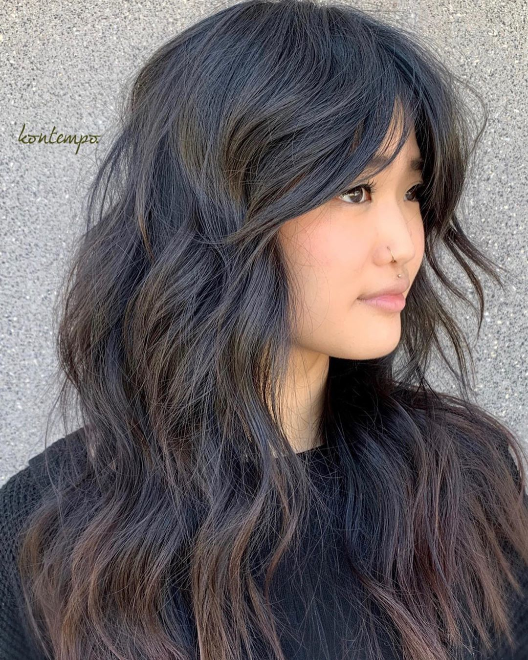 Femme avec une coupe de cheveux asiatique longue et hirsute