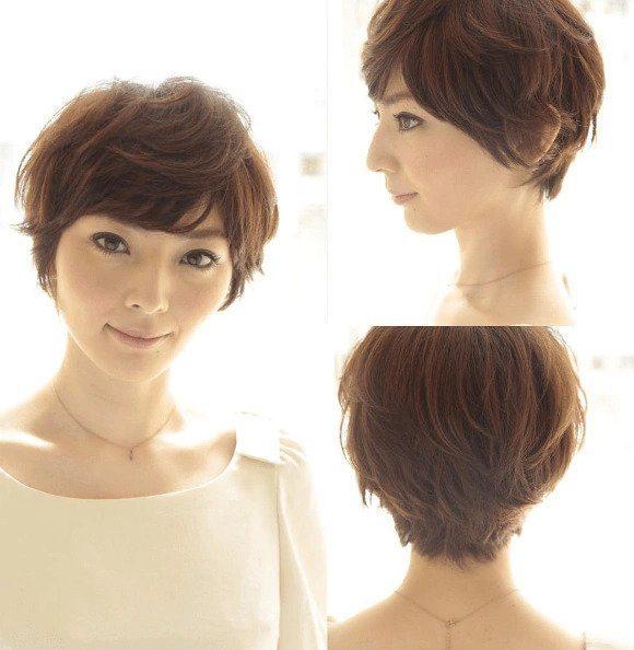 Coiffures asiatiques : Femme asiatique avec des cheveux courts et dégradés de couleur brun clair.