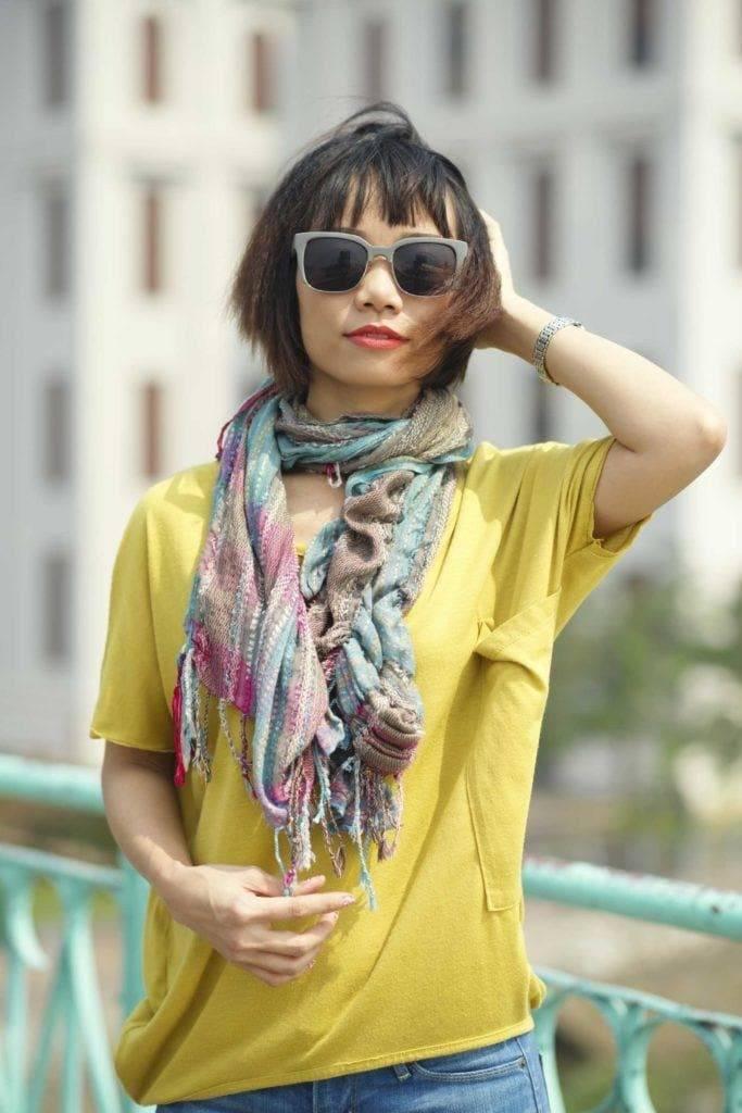 Coiffures asiatiques : Femme asiatique avec un bob et une frange avec finition crêpée portant des lunettes de soleil.