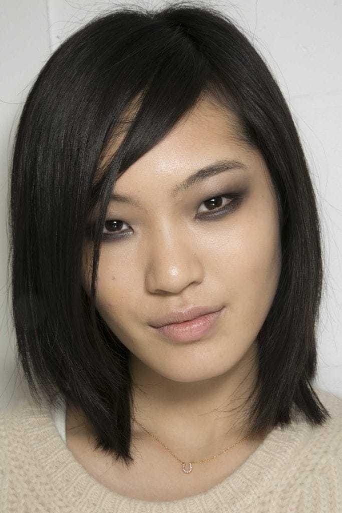 Coiffures asiatiques : Femme asiatique avec cheveux bruns foncés, longs et raides.