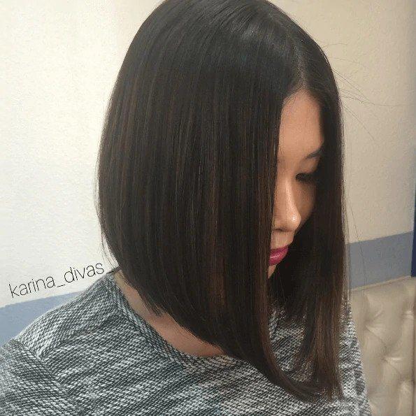 Coiffures asiatiques : Femme asiatique avec des cheveux bruns foncés dans un bob long gradué.