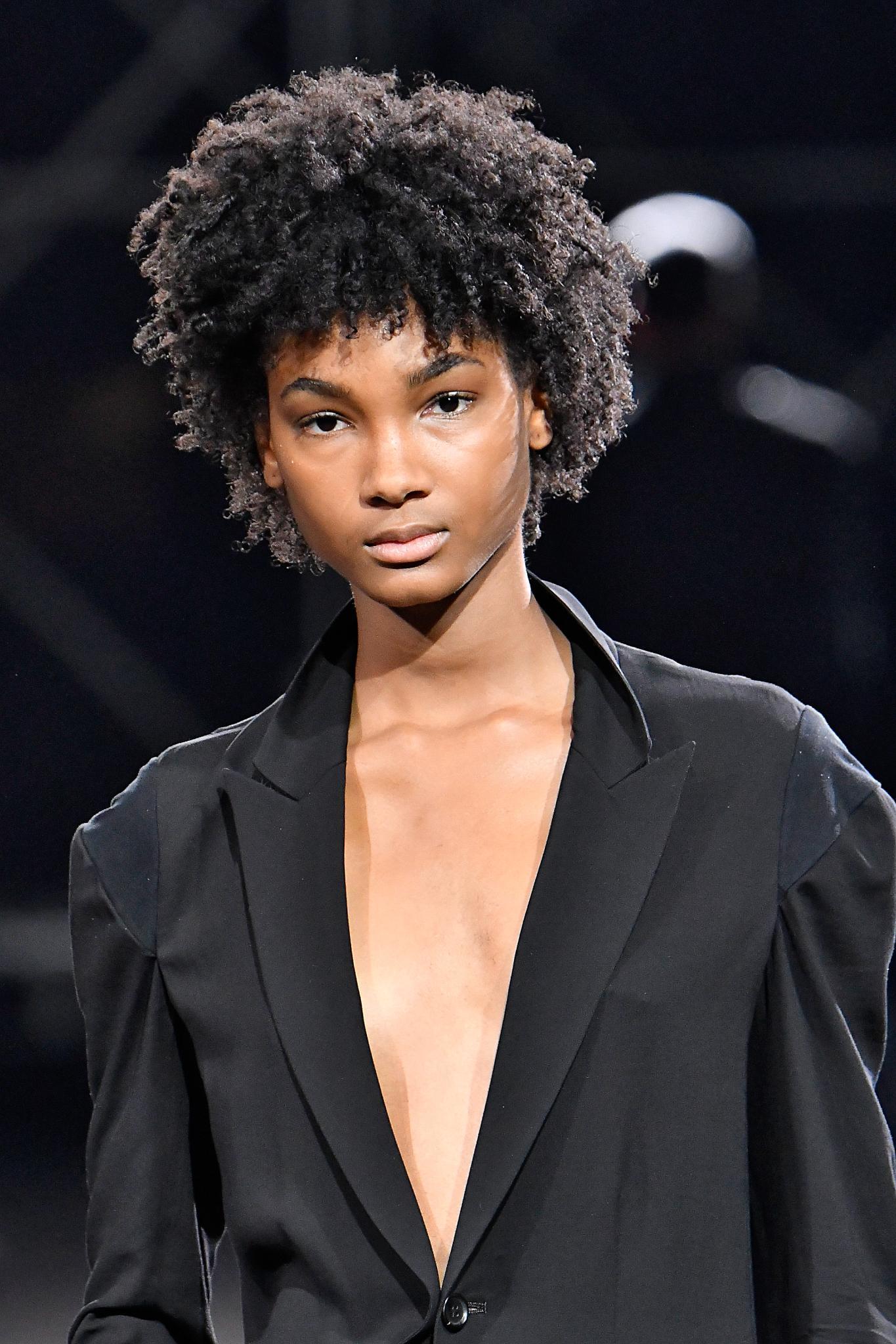 Cheveux noirs courts : Un modèle avec un afro/cheveux naturels avec une frange.